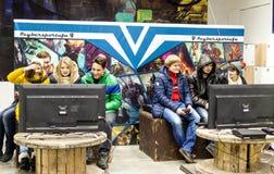 Adolescentes rusos que juegan a los juegos de ordenador video Foto de archivo