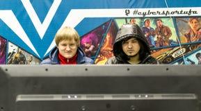 Adolescentes rusos que juegan a los juegos de ordenador video Fotografía de archivo libre de regalías