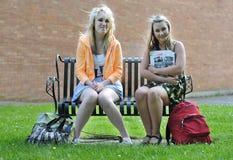 Adolescentes s'asseyant dans l'avant Photographie stock libre de droits