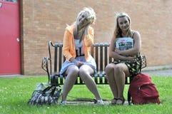 Adolescentes s'asseyant dans l'avant Photo libre de droits