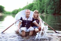 Adolescentes sanos que salpican en agua Imagen de archivo