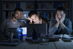 Adolescentes soñolientos que estudian tarde en la noche Foto de archivo libre de regalías