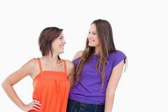 Adolescentes sonrientes cómodos mirando uno a Fotografía de archivo
