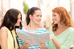 Adolescentes sonrientes con el mapa y la cámara Fotos de archivo