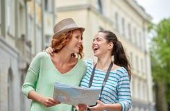 Adolescentes sonrientes con el mapa y la cámara al aire libre Foto de archivo