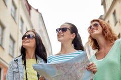 Adolescentes sonrientes con el mapa y la cámara al aire libre Fotografía de archivo