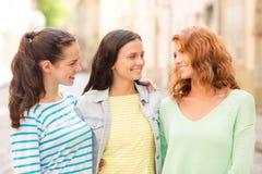 Adolescentes sonrientes con en la calle Imagen de archivo libre de regalías