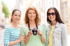 Adolescentes sonrientes con la cámara Fotografía de archivo
