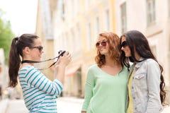Adolescentes sonrientes con la cámara Foto de archivo libre de regalías