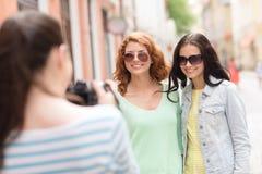 Adolescentes sonrientes con la cámara Imágenes de archivo libres de regalías