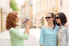 Adolescentes sonrientes con la cámara Imagen de archivo libre de regalías