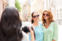 Adolescentes sonrientes con la cámara Fotografía de archivo libre de regalías