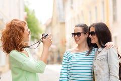 Adolescentes sonrientes con la cámara Imagenes de archivo