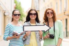 Adolescentes sonrientes con la flecha blanca al aire libre Fotos de archivo libres de regalías