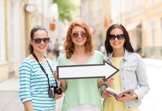 Adolescentes sonrientes con la flecha blanca al aire libre Imágenes de archivo libres de regalías