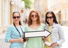 Adolescentes sonrientes con la flecha blanca al aire libre Imagen de archivo libre de regalías