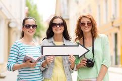 Adolescentes sonrientes con la flecha blanca al aire libre Imagenes de archivo
