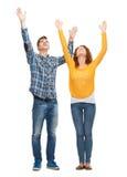 Adolescentes sonrientes con las manos aumentadas Foto de archivo libre de regalías