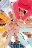 Adolescentes sonrientes con las manos encima de uno a Imágenes de archivo libres de regalías