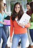 Adolescentes sonrientes con los cuadernos Imágenes de archivo libres de regalías