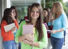 Adolescentes sonrientes con los cuadernos Foto de archivo