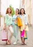 Adolescentes sonrientes con los panieres en la calle Fotografía de archivo libre de regalías
