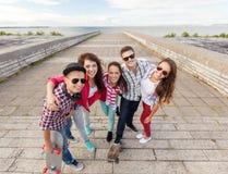 Adolescentes sonrientes con los patines afuera Imágenes de archivo libres de regalías