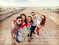 Adolescentes sonrientes con los patines afuera Fotos de archivo
