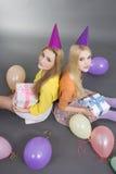 Adolescentes sonrientes con los regalos y los globos coloridos Fotografía de archivo libre de regalías