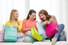 Adolescentes sonrientes con muchos panieres Imágenes de archivo libres de regalías