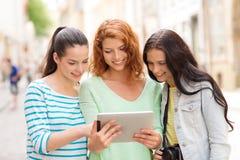 Adolescentes sonrientes con PC y la cámara de la tableta Imagen de archivo libre de regalías