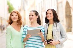 Adolescentes sonrientes con PC y la cámara de la tableta Foto de archivo