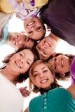 Adolescentes sonrientes en círculo Fotografía de archivo