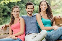 Adolescentes sonrientes en el parque Foto de archivo libre de regalías