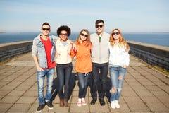 Adolescentes sonrientes en las gafas de sol que abrazan en la calle Fotos de archivo libres de regalías