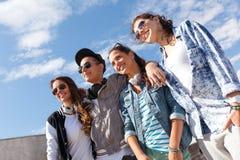 Adolescentes sonrientes en las gafas de sol que cuelgan afuera Foto de archivo libre de regalías