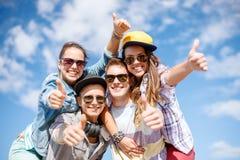 Adolescentes sonrientes en las gafas de sol que cuelgan afuera Imágenes de archivo libres de regalías