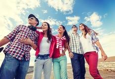 Adolescentes sonrientes en las gafas de sol que cuelgan afuera Imagen de archivo