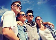 Adolescentes sonrientes en las gafas de sol que cuelgan afuera Fotos de archivo