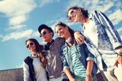 Adolescentes sonrientes en las gafas de sol que cuelgan afuera Foto de archivo