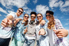 Adolescentes sonrientes en las gafas de sol que cuelgan afuera Fotografía de archivo libre de regalías