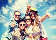 Adolescentes sonrientes en las gafas de sol que cuelgan afuera Fotografía de archivo