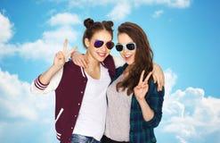 Adolescentes sonrientes en las gafas de sol que muestran paz Fotos de archivo