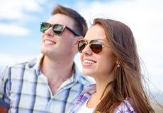 Adolescentes sonrientes en las gafas de sol que se divierten afuera Imagenes de archivo