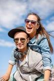 Adolescentes sonrientes en las gafas de sol que se divierten afuera Foto de archivo libre de regalías