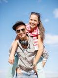 Adolescentes sonrientes en las gafas de sol que se divierten afuera Fotografía de archivo libre de regalías