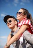 Adolescentes sonrientes en las gafas de sol que se divierten afuera Imágenes de archivo libres de regalías