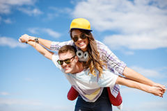 Adolescentes sonrientes en las gafas de sol que se divierten afuera Imagen de archivo libre de regalías