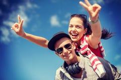 Adolescentes sonrientes en las gafas de sol que se divierten afuera Fotos de archivo