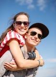 Adolescentes sonrientes en las gafas de sol que se divierten afuera Imagen de archivo